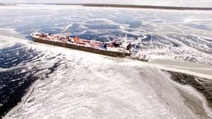 un cargo pris dans la glace